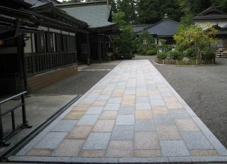 玄関の石畳