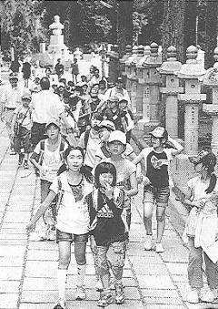 奥の院を散策する子どもたち=28日、幾島健太郎撮影