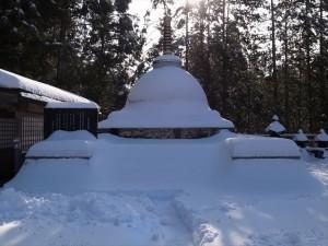 雪をかぶった仏舎利宝塔
