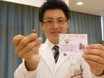 バッジ「ピンクリボンこうやくん」を披露する乳がんいのちプロジェクトの梅村代表