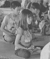 瞑想を体験する子どもたち