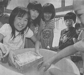 雪印メグミルクによる紙すき教室を受講する子どもたち