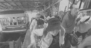 ケーブルカーで高野山駅に到着した高野山夏季大学の受講者ら