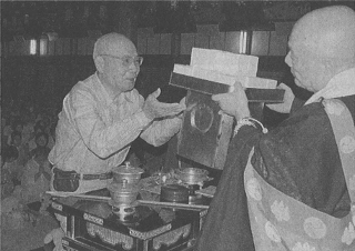 受講者を代表して松長有慶管長(右)から受戒のお礼を受ける丸山茂樹さん