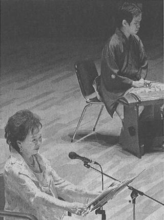 朗読をする有馬稲子さん。奥は箏曲者の澤村祐司さん