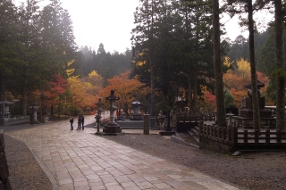 高野山の紅葉・東日本大震災慰霊碑と英霊殿