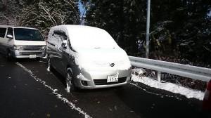 2014初雪・高野山駅に置いてあった社用車