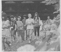 大門周辺を散策する子供たち