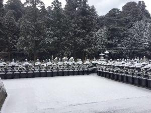 高野山で雪が降りました。